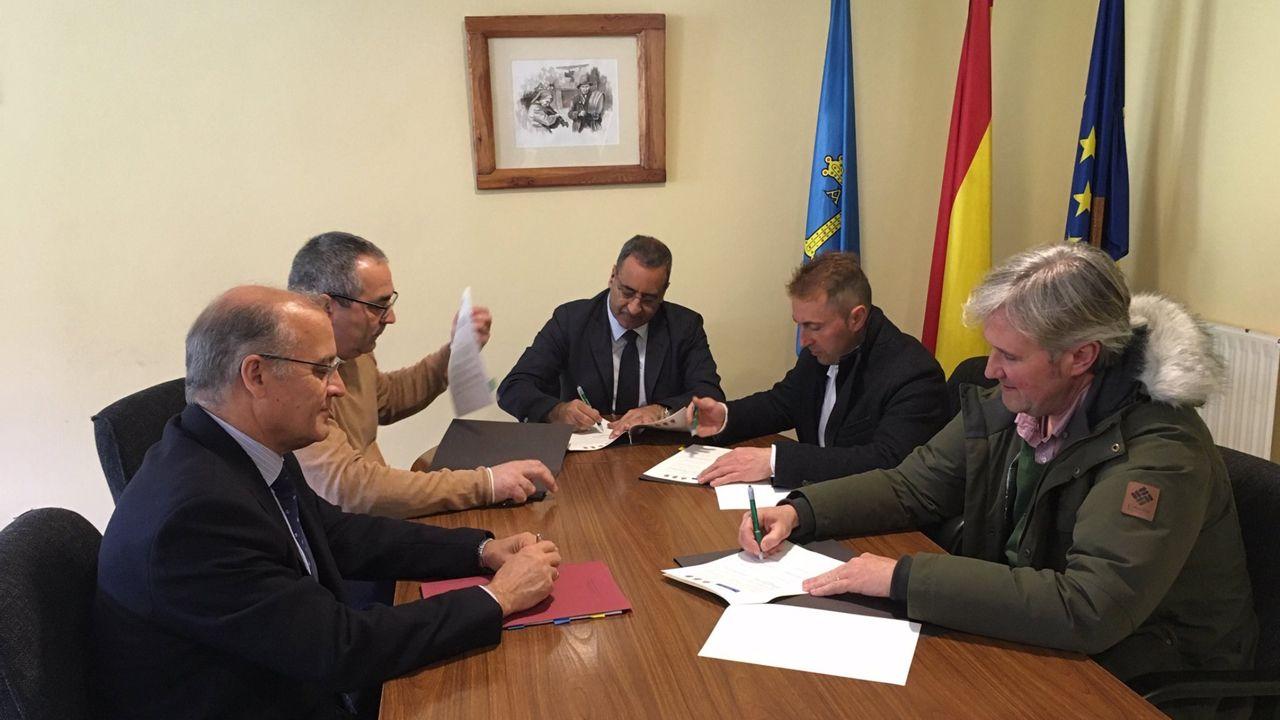 El consejero de Infraestructuras firma el acuerdo con los alcaldes de Taramundi, Villanueva de Oscos y Santa Eulalia de Oscos, por el que se aprueba el cambio de titularidad de la carretera entre el alto de la Garganta y el límite con Galicia, en favor del Principado