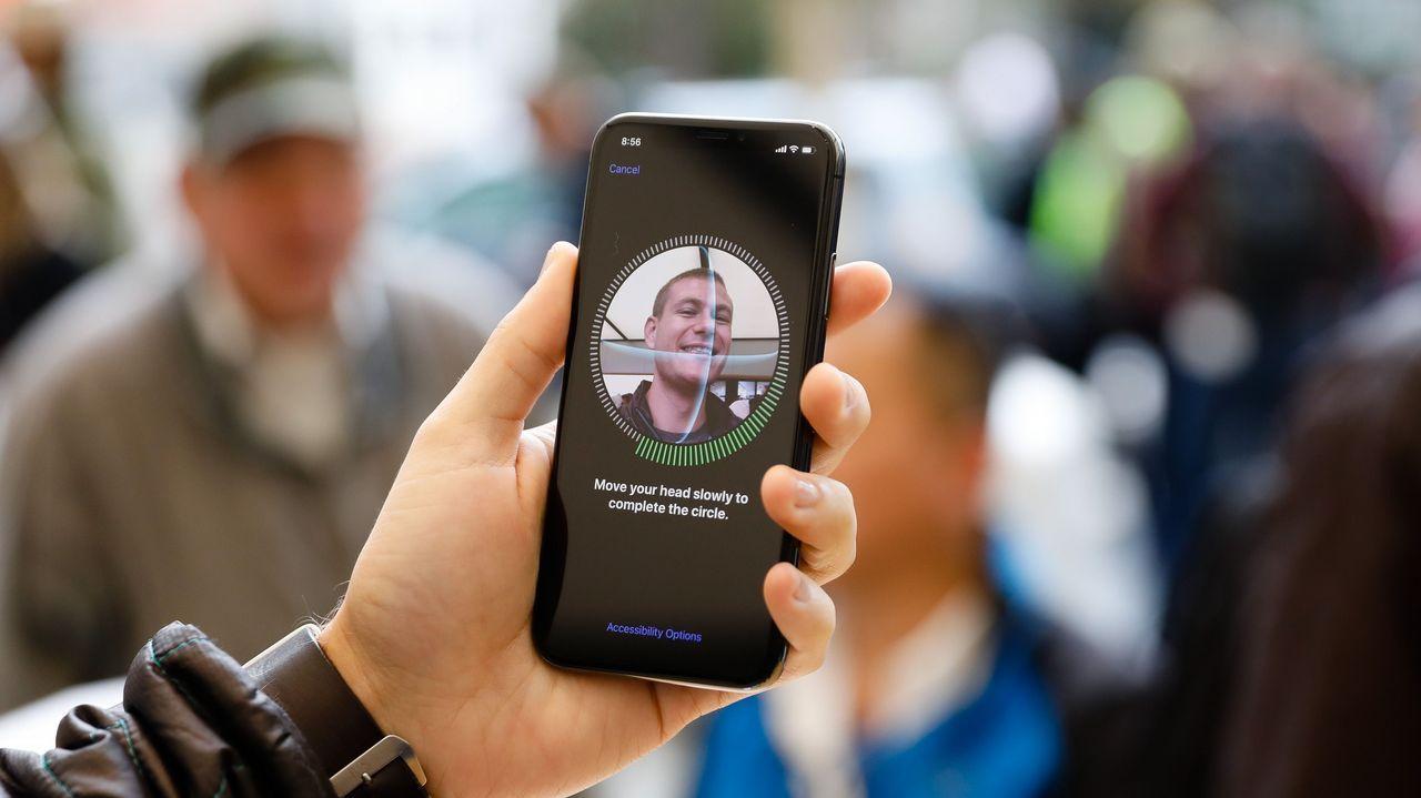 .La puesta a la venta del nuevo dispositivo de Apple, el iPhone X, ha provocado colas y ha generado gran expectación en los 55 países donde se ha lanzado