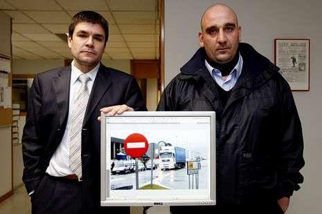 Carlos Rivas y Serafín Rodríguez posan con una fotografía del lugar en el que fueron identificados en abril de 2008.