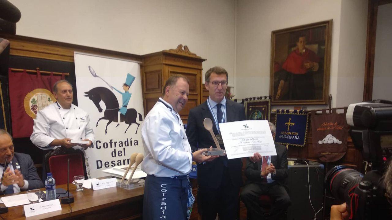 Alberto Núñez Feijóo recibiendo el título de miembro de honor de la Cofradía del Desarme