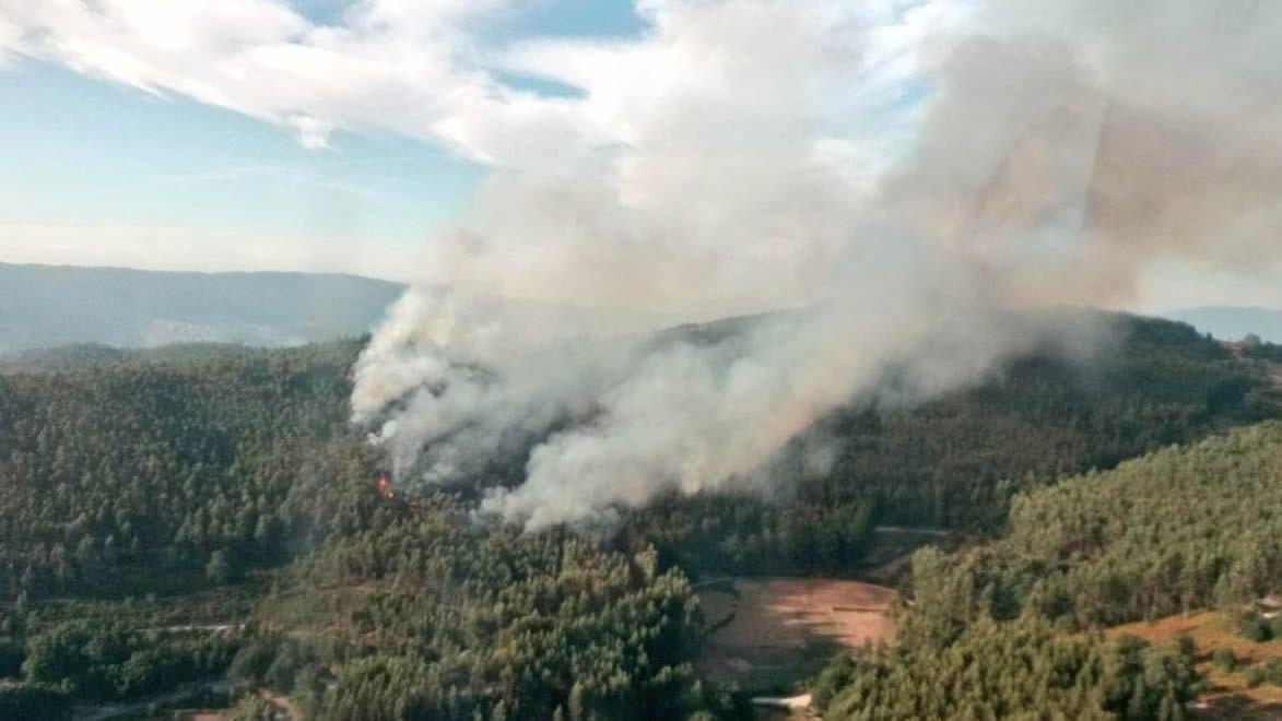 Un incendio atenaza San Xurxo de Sacos