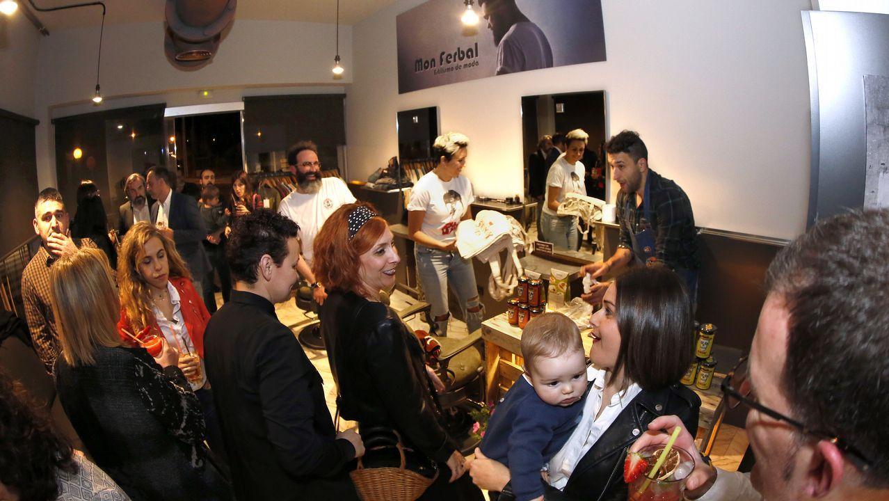 ¡Búscate en la inauguración de la peluquería de Mon Ferbal en Boiro!