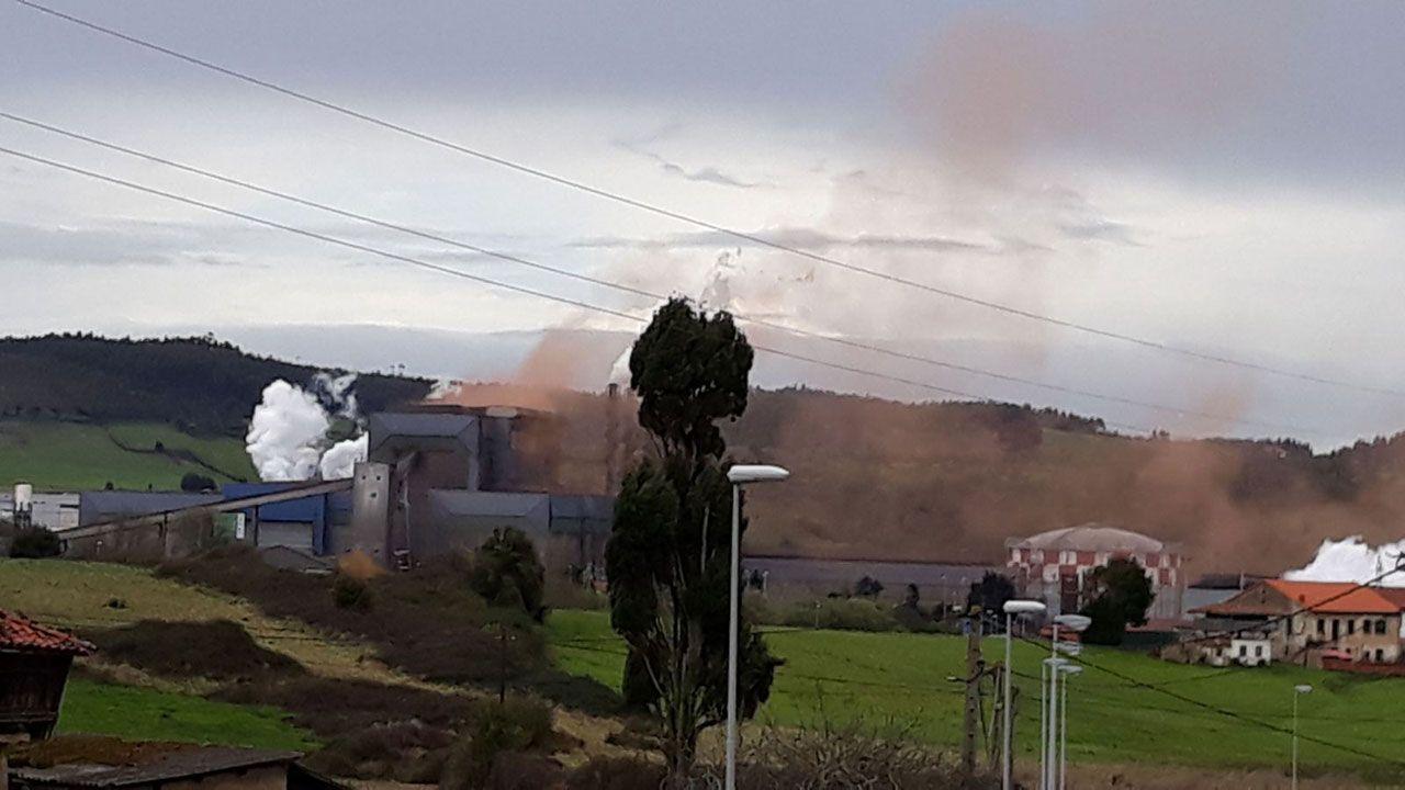 La obra de construcción del acceso al nuevo HUCA obliga a desviar el tráfico de la AS-II, en dirección a Gijón.Nube contaminante en Carreño