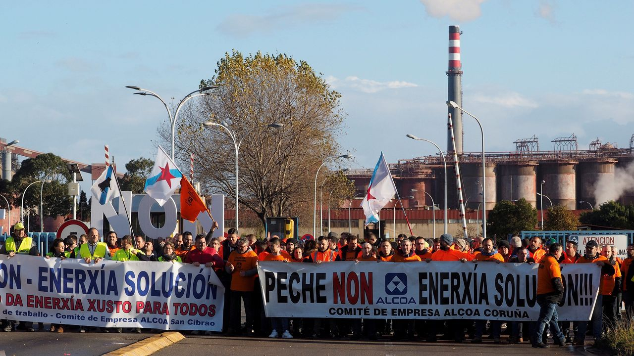 Sindicalistas de Alcoa A Coruña y Avilés protestan juntos en Vegadeo.rabajadores de Alcoa se desplazan a San Cibrao (Lugo) para protestar contra el Expediente de Regulación de Empleo (ERE) de la empresa en las plantas de A Coruña, con lo cual solo se salvaría la lucense en Galicia, y Avilés