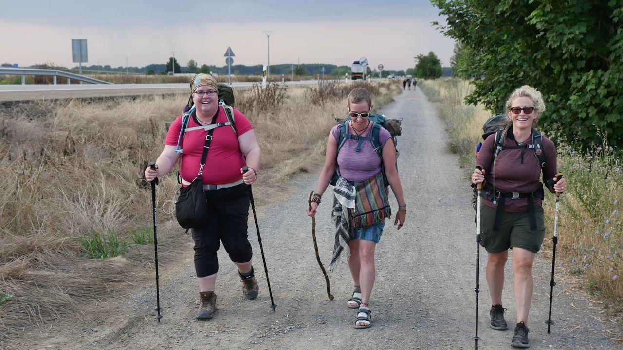 .Jen Becker, Jessi Carty y Kelly Gleason, de Washington, saliendo de Mansilla
