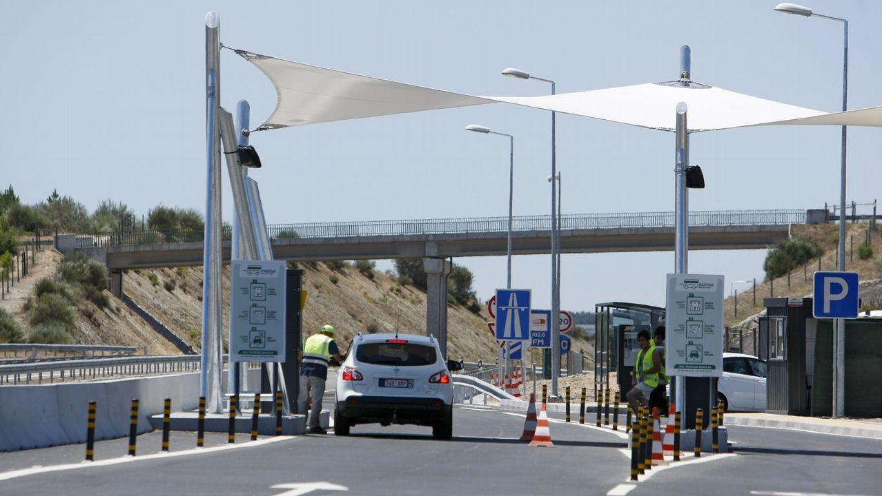 Encierro de los trabajadores de la zona azul de Vigo.Peaje en una autovía de Portugal
