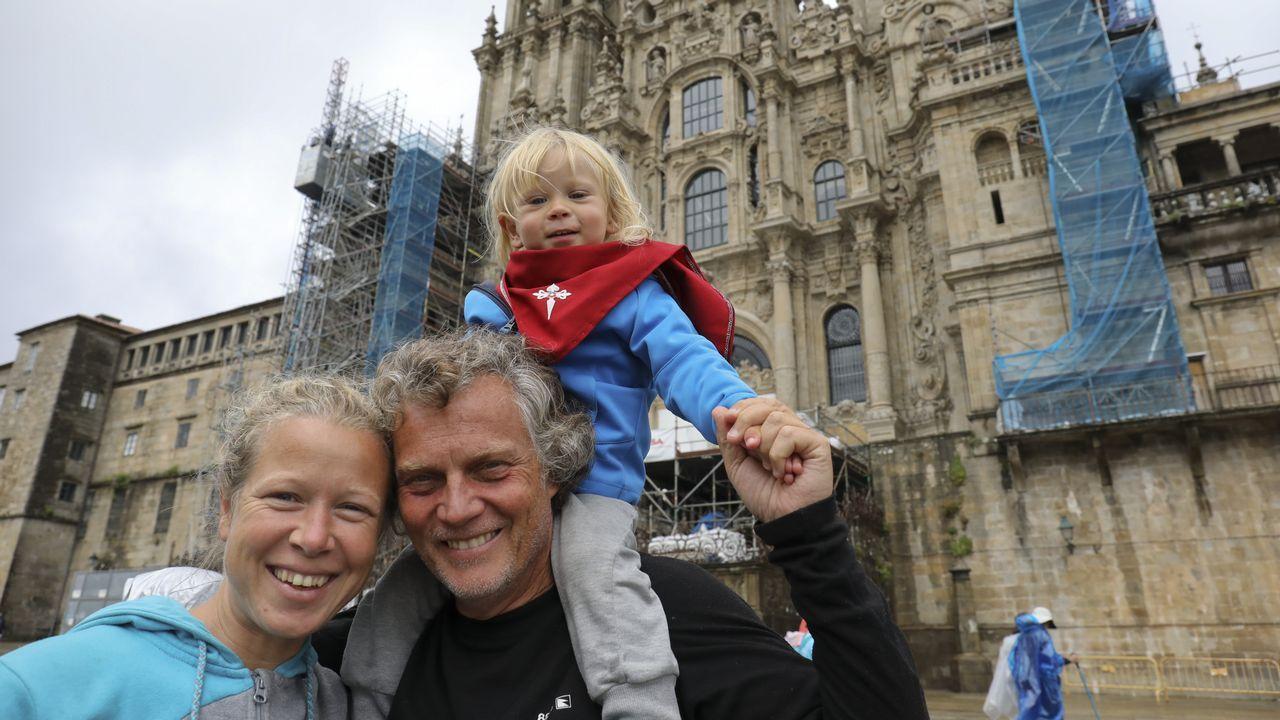 Una pareja peregrina desde Francia con su hijo para bautizarlo en la Catedral.