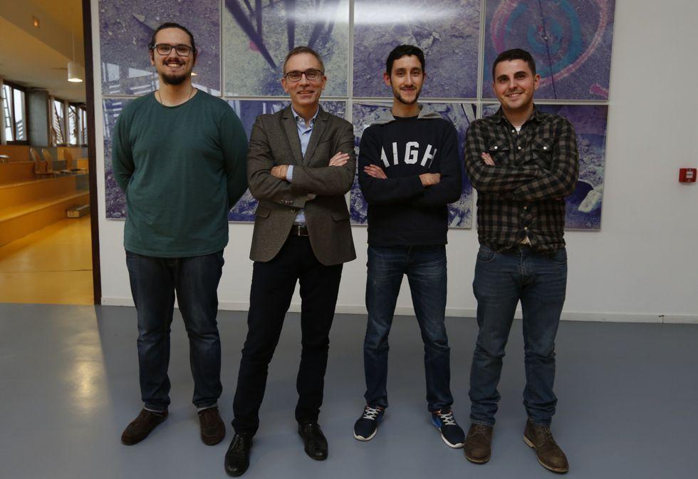 Los famosos solidarios.El director de Telefónica Galicia, Manuel Ángel Alonso, con tres de los participantes.