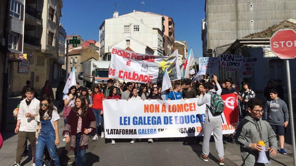 Manifestación de estudiantes en contra de la Lomce en Ribeira