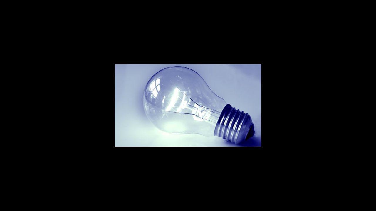 El Gobierno amplía el bono social para luchar contra la pobreza energética.Paneles solares en una casa de Vigo