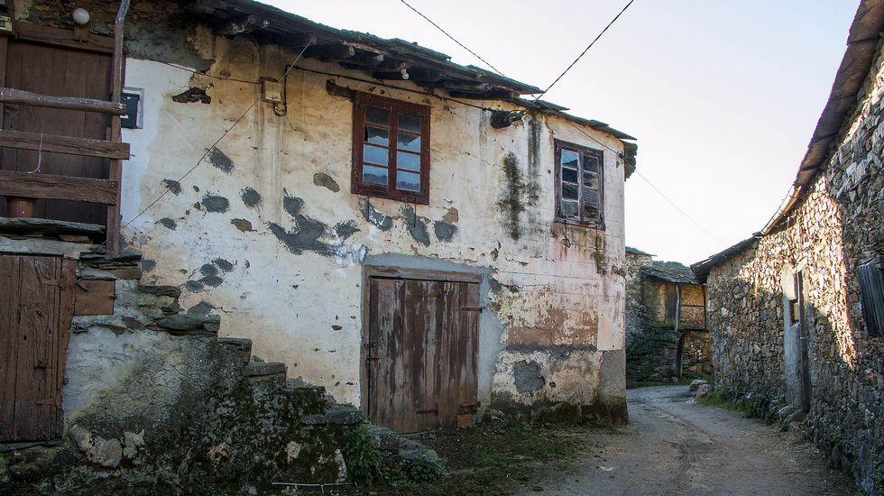 Construcciones tradicionales en estado de abandono en el lugar de Beirán