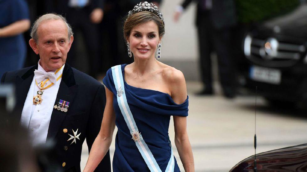 Letizia deslumbra a la prensa británica con su estilo.Una tiara propiedad de la Reina Mary. La joya que la reina Isabel II prestó a Meghan Markle para su boda fue una tiara en forma de banda de diamantes creada en 1932 con un espectacular broche desmontabla al centro, hecho en 1893 y compuesto de 10 brillantes diamantes.
