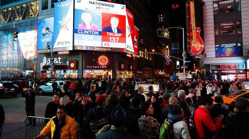 Seguimiento de la noche electoral en Times Square, Nueva York.