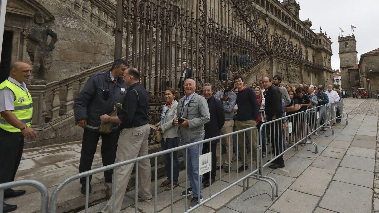 Varias personas forman largas colas esperando frente a la Catedral