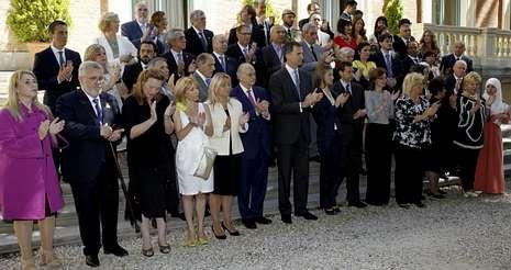 La reina Sofía, con sus nietos en Mallorca.Felipe VI y Letizia, con representantes de asociaciones y fundaciones de víctimas del terrorismo, en su primer acto oficial como reyes.