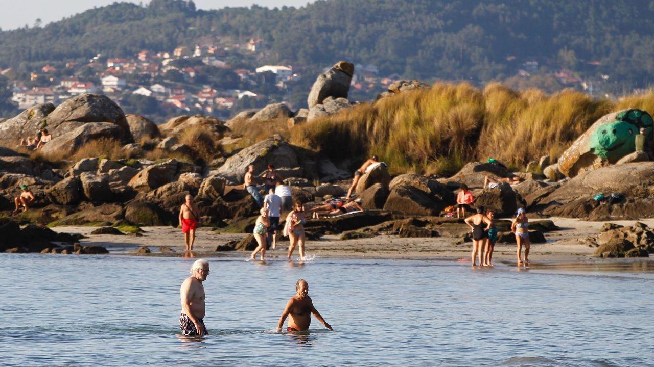 «Hay que respetar la vida marina más allá de lo vemos en el plato».Bañistas en la playa de Samil, en Vigo