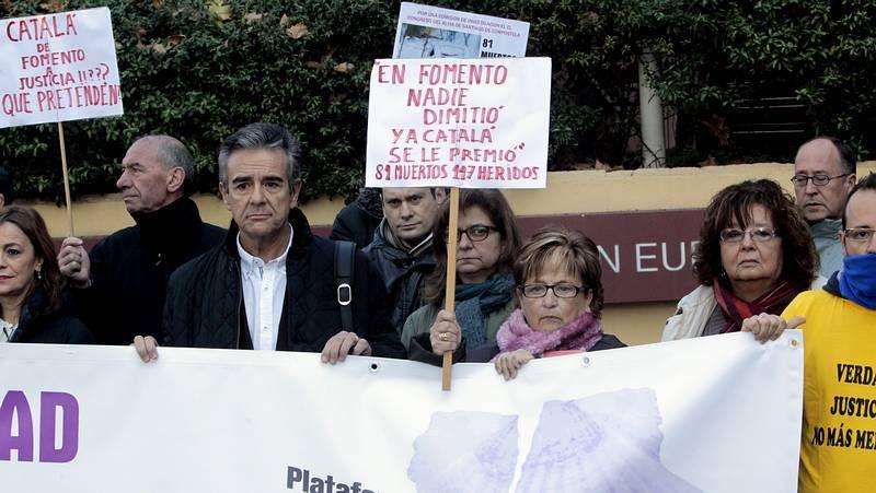 Protesta de las víctimas del Alvia ante la Oficina de la Unión Europea en Madrid.