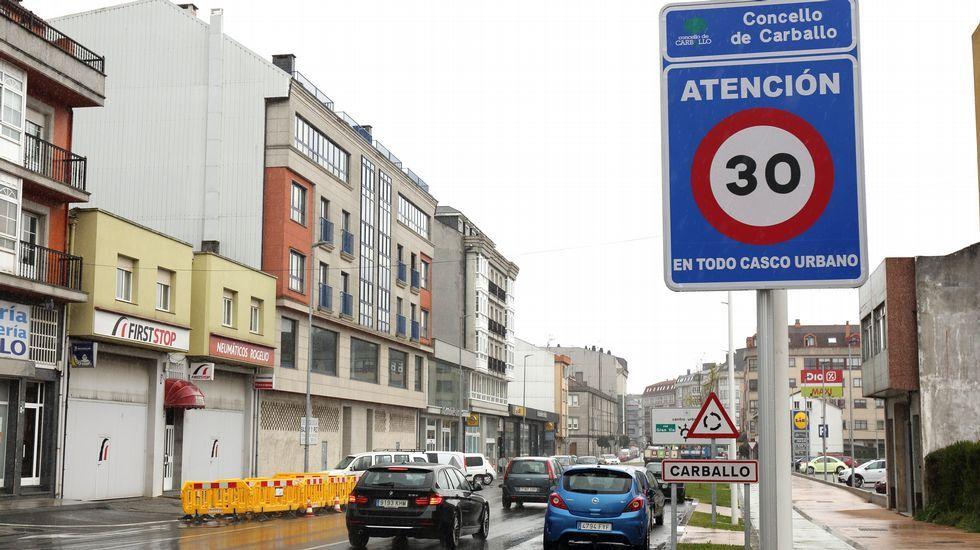 «Radares en cascada» para cazar a los que aceleran tras rebasar los cinemómetros.José Andrés Medina, en su bici, en una calle del centro de Gijón