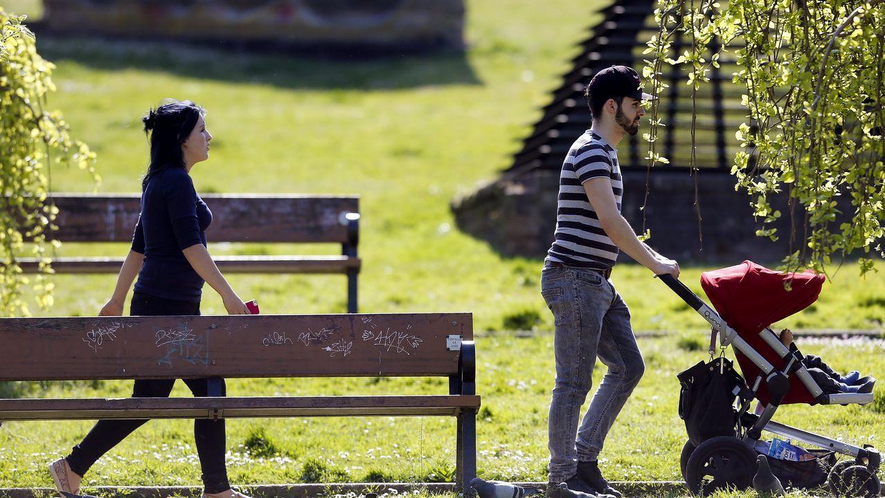 ¿Te imaginas una boda a lo Juego de Tronos? ¡Ayer se celebró una en el Castelo de Vimianzo!.Una joven pareja paseando con su bebé por un parque de Vigo