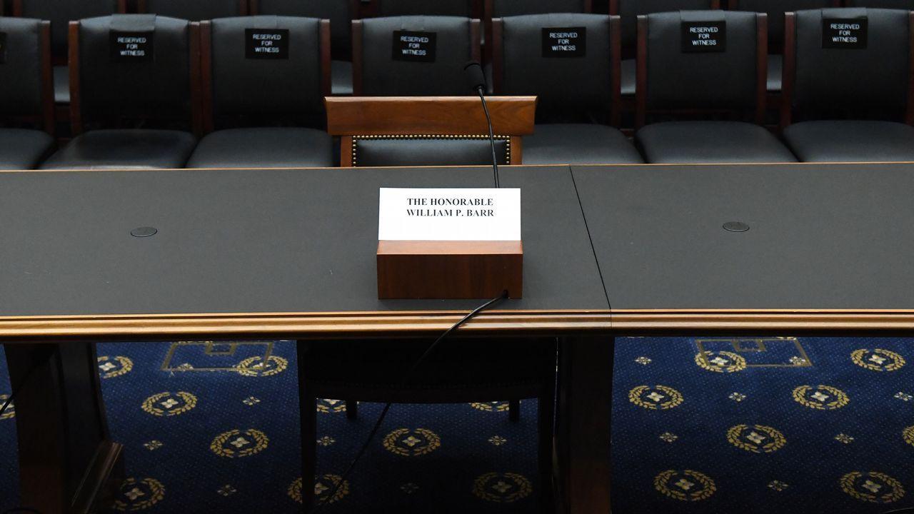 La silla de William P. Barr permaneció ayer vacía en la sala del comité de investigación de la Cámara de Representantes