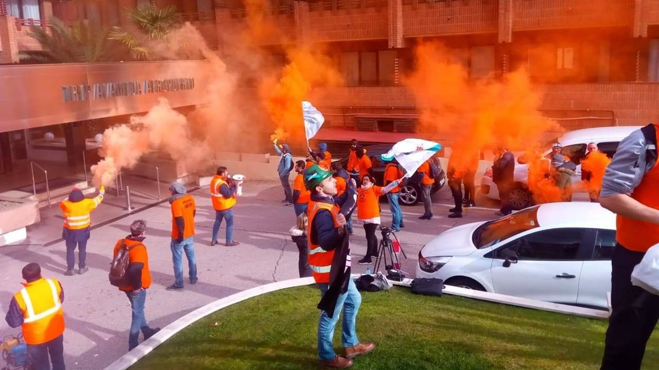 Trabajadores de A Coruña se desplazaron a Madrid para protestar a las puertas del hotel donde se negocia