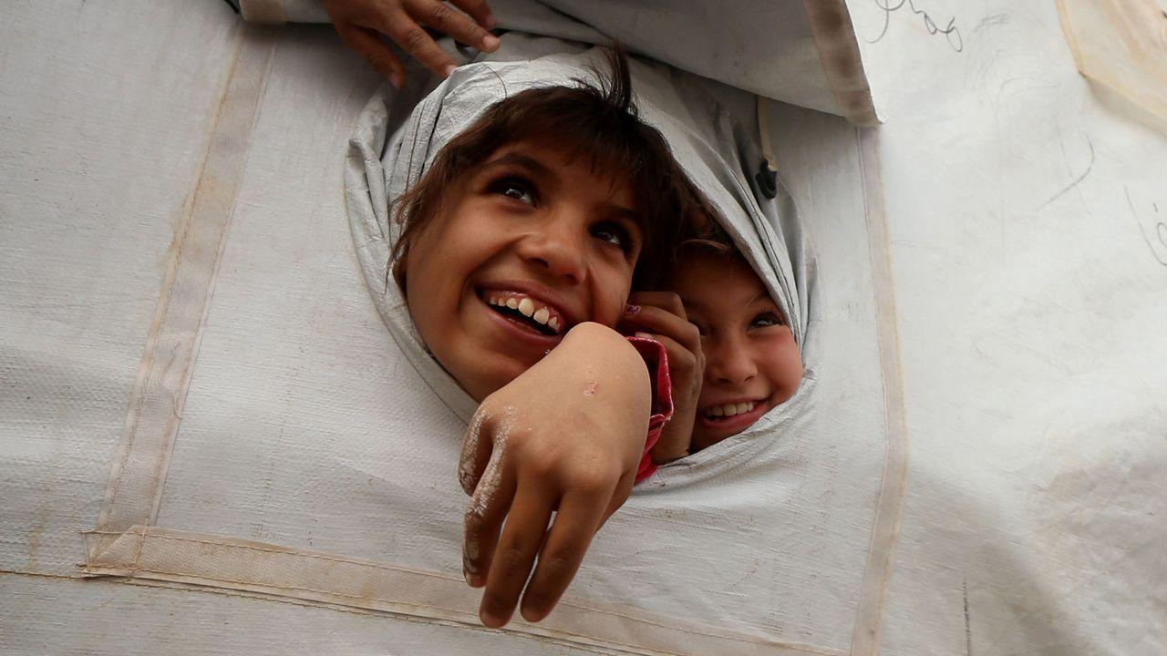 Día Universal del Niño.Los intérpretes de lengua de signos David González. Ledicia Fernández y Conchi Fuertes con Gisela Ramos, en el centro, madre de una niña con discapacidad auditiva