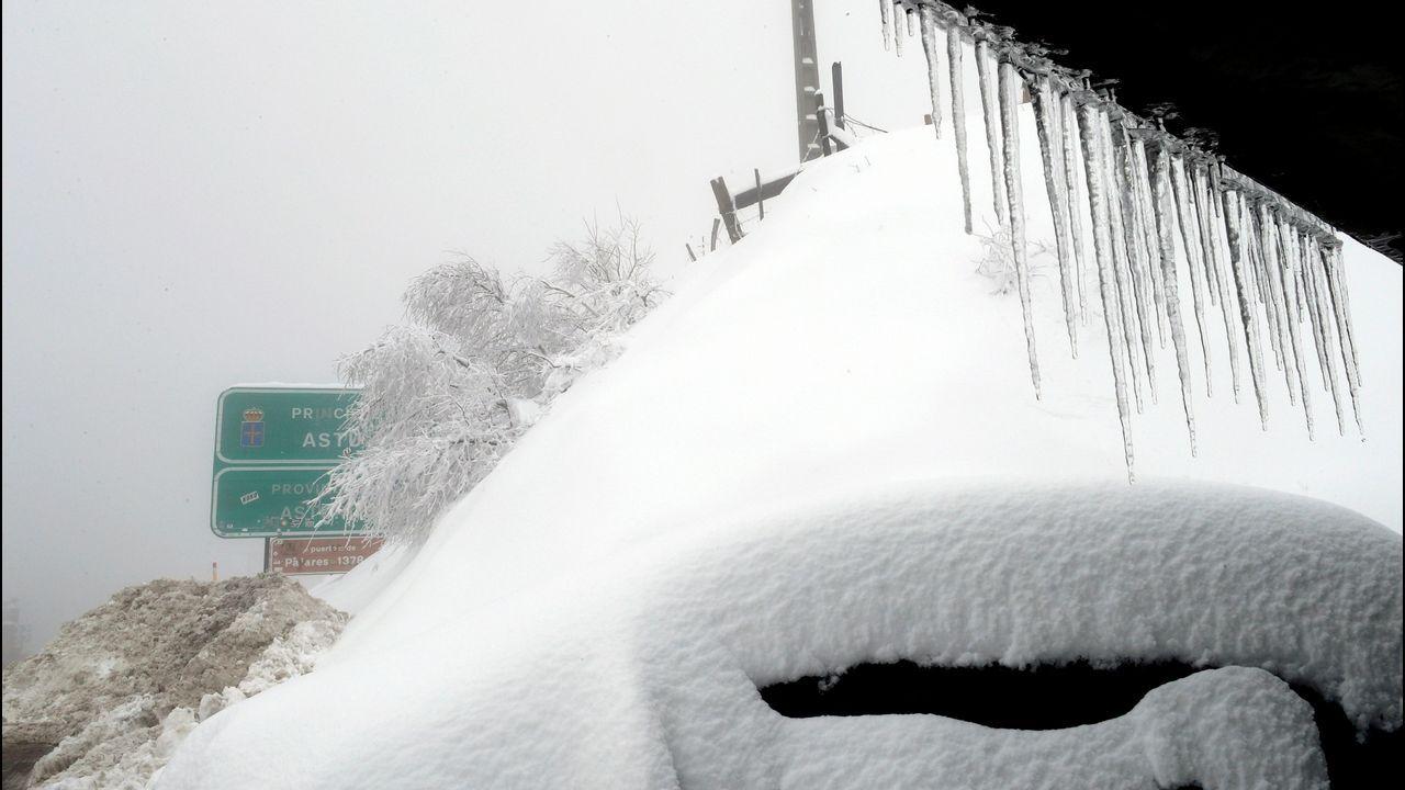 Carretera cortada por la nieve en San Isidro.Pajares, cubierto de nieve