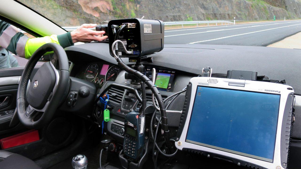 Un radar de la Guardia Civil operando en modo estático en una caretera gallega