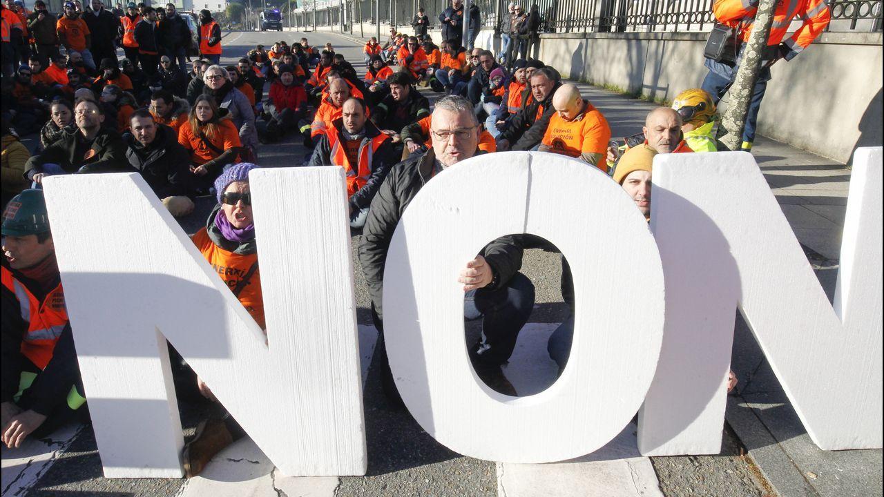 «La alternativa al preacuerdo con la empresa es el cierre y el despido automático».Trabajadores de Alcoa, durante la marcha que ha partido de Ribadeo (Lugo) y discurre por la carretera LU-642 para confluir en Vegadeo con los trabajadores que salen de Castropol (Asturias) en una nueva acción común como medida de protesta tras los anunciados cierres de las plantas de la multinacional del aluminio situadas en Avilés y en A Coruña.
