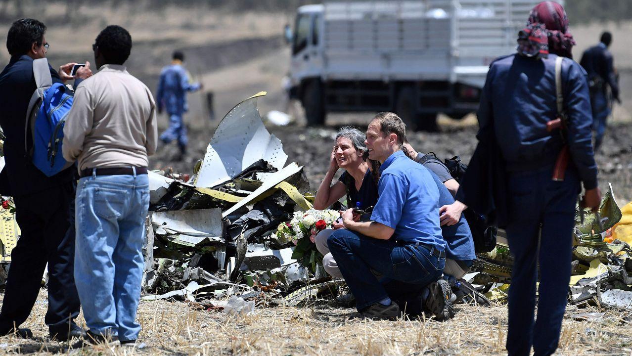 Familiares de las víctimas depositan flores donde se estrelló el avión etíope