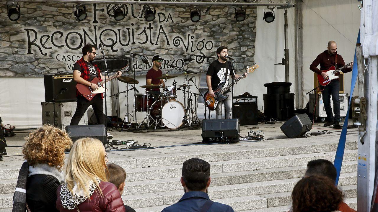Bunbury y su banda tocando en directo en el plató de «La Hora Musa», que se emite los martes en La 2