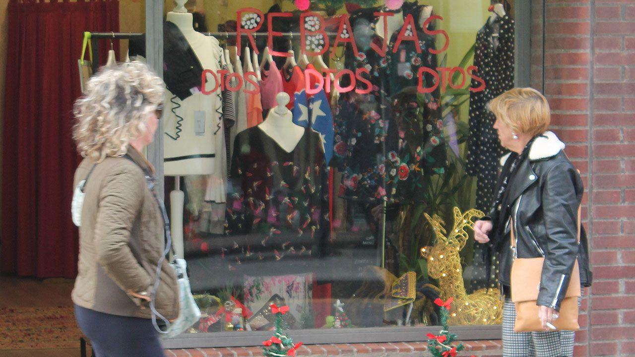 Rebajas en un establecimiento comercial de la avenida de Schulz, en Gijón