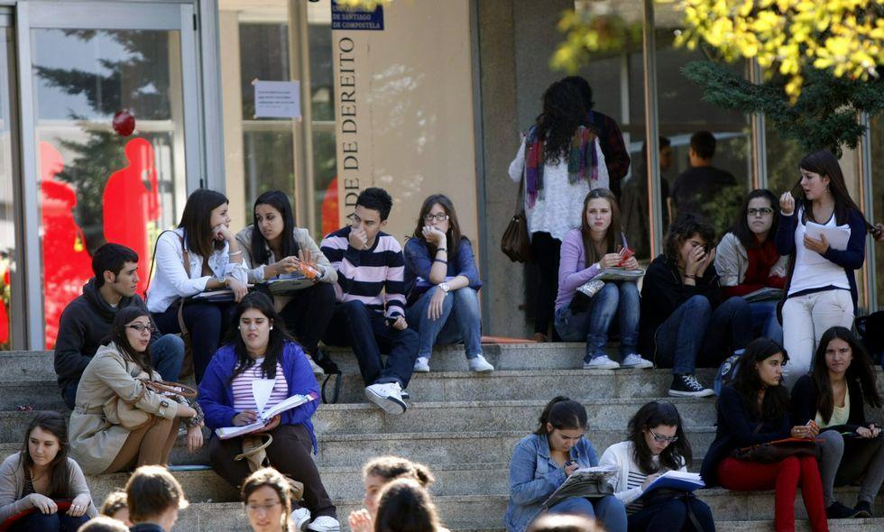 Alumnos en el pasillo, con una clase vacía a la derecha.Alumnos en el pasillo, con una clase vacía a la derecha