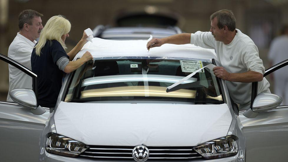 .Trabajadores en una planta de Volkswagen