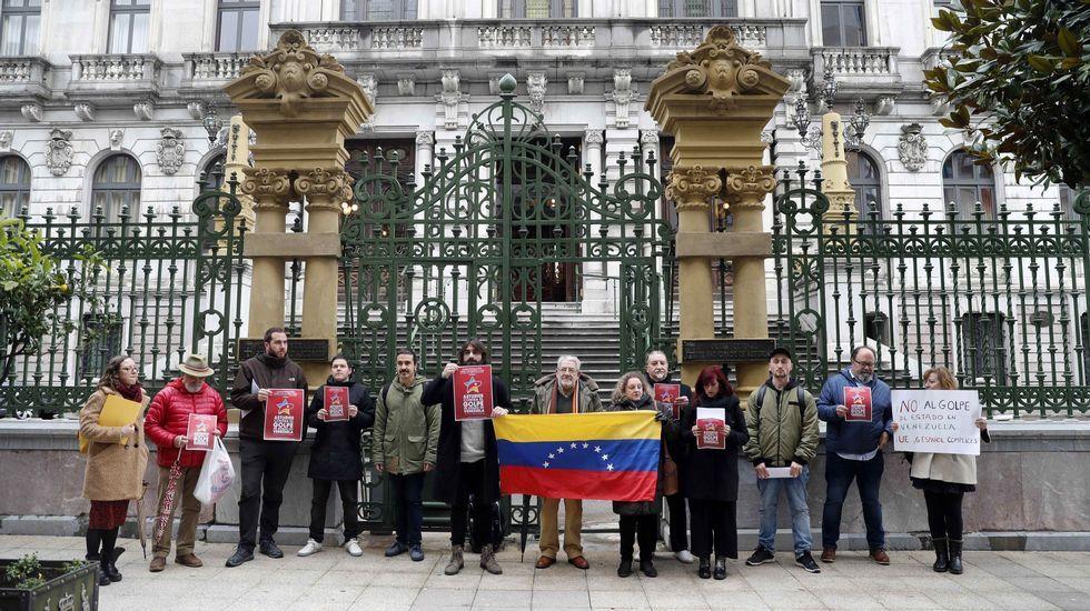 Trump viajó con su familia (en la imagen, con su hijo) a Mar-a-Lago (Florida) para seguir desde allí la final de la Superbowl. Una quincena de personas, entre los que se encontraban dirigentes de IU y Podemos Asturies, se han manifestado este viernes frente al parlamento regional en defensa del Gobierno de Nicolás Maduro