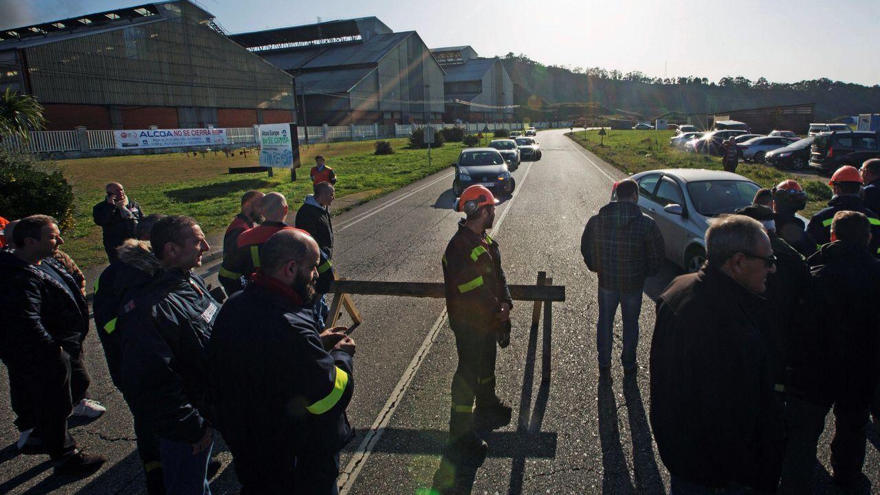 Vista de la contaminación en Oviedo. Los trabajadores de Alcoa han cortado el tráfico de la carretera de acceso a la fábrica de Avilés