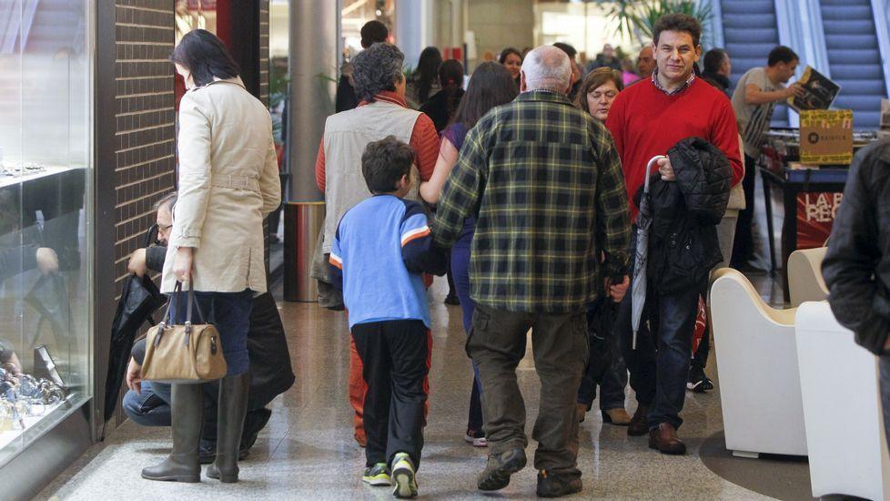 AGLOMERACIÓN DE PÚBLICO EN ODEÓN. Las instalaciones del centro comercial Dolce Vita Odeón, en Narón, estuvieron atestadas de público desde primeras horas de la mañana. En cuanto a compras, un poco mejor que el año pasado.