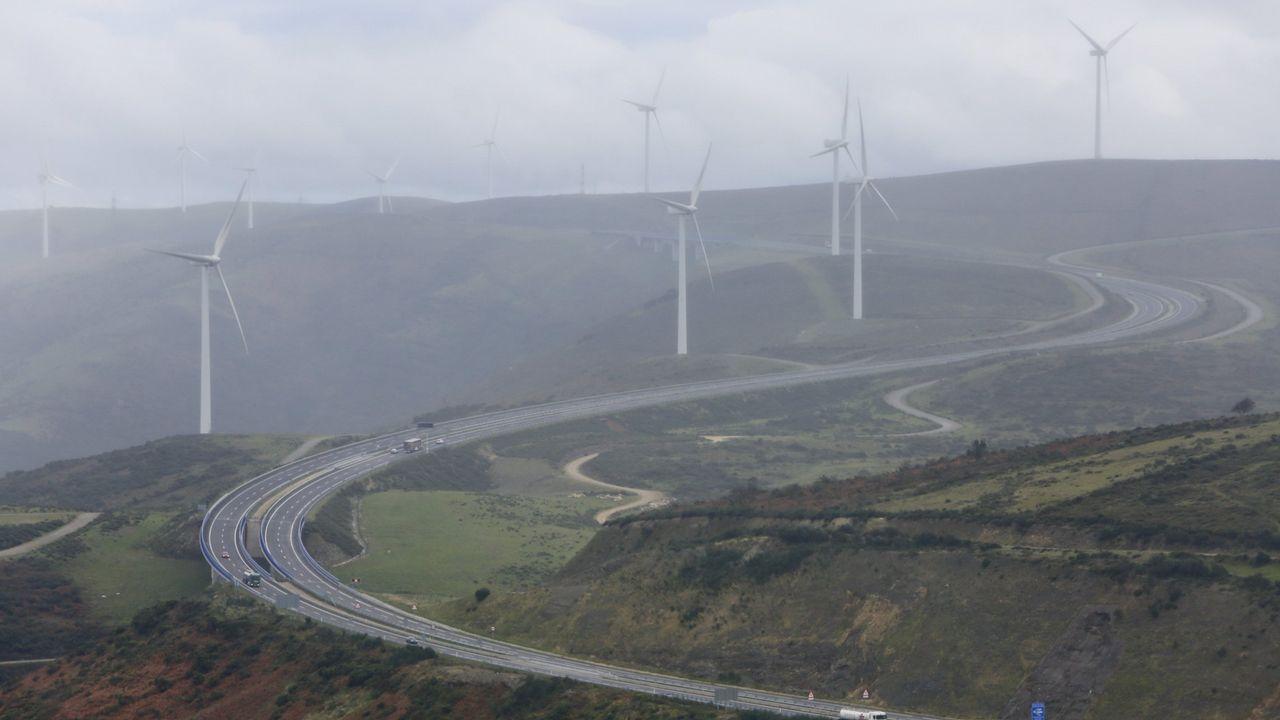 Vuelca un camión en la A-8 en Vilalba.Imagen tomada un día de niebla en el alto de O Fiouco