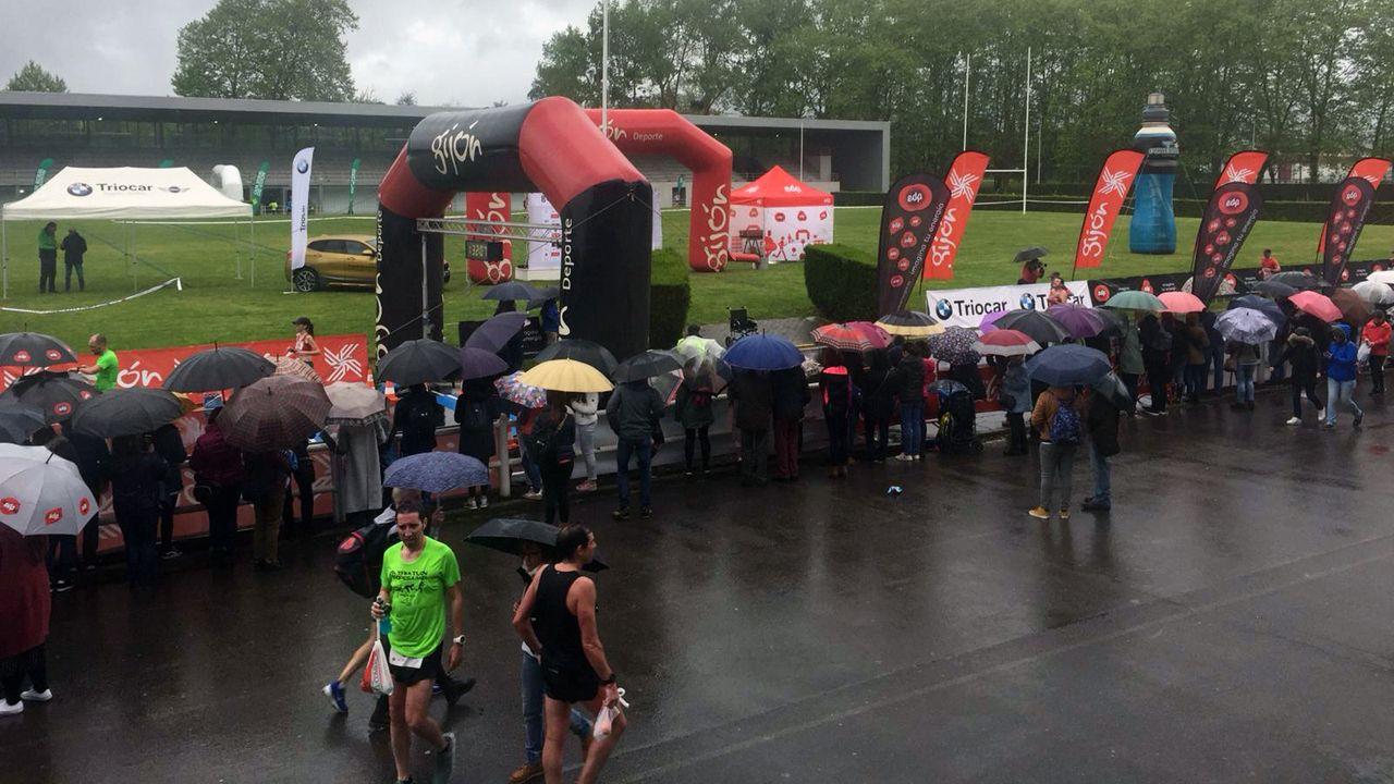 La gente se agolpa en la zona de meta esperando la llegada de los corredores