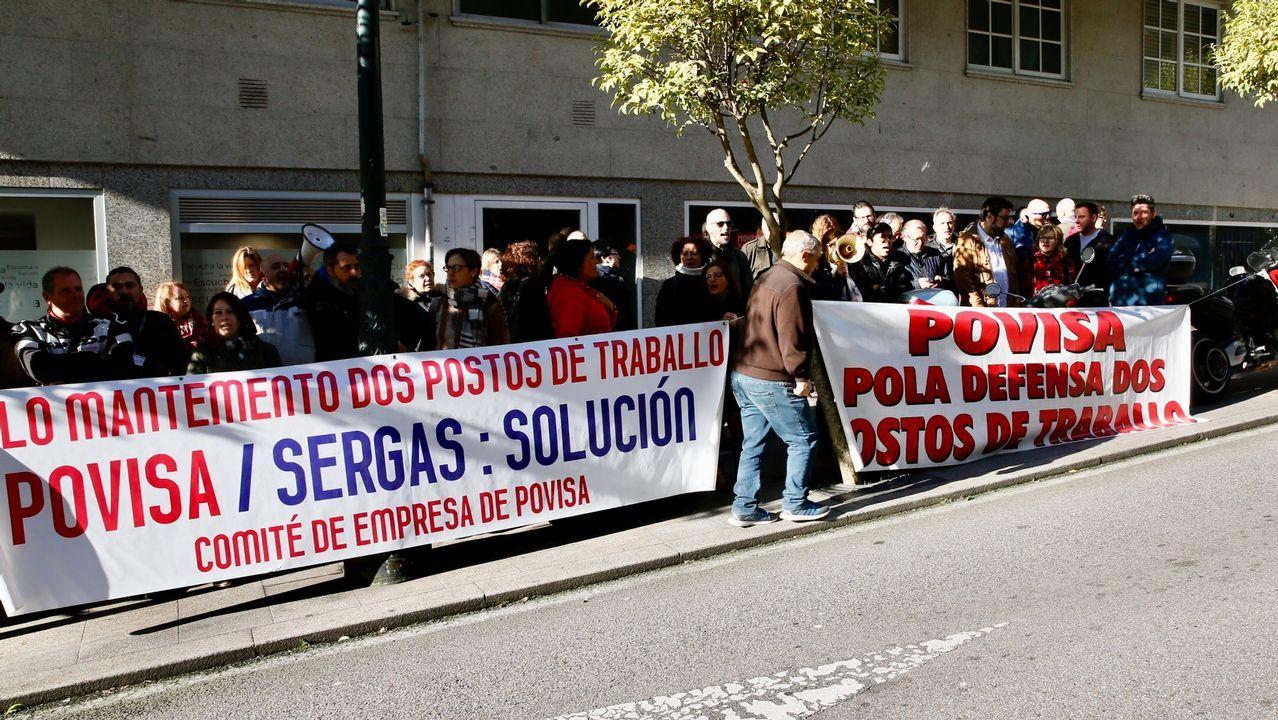 Concentración de trabajadores y representantes sindicales de Povisa para protestar por la situación del hospital