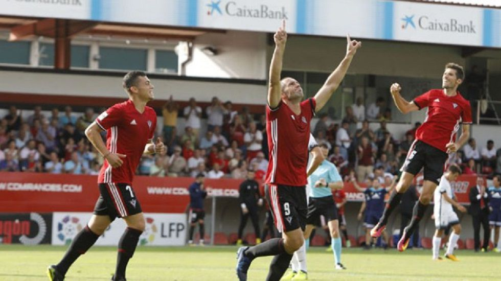 Real Oviedo Carlos Tartiere Lugo Horizontal.Cervero celebra un gol con el Mirandés