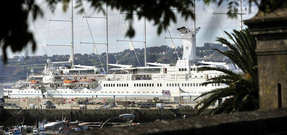 La gestión de los residuos de los buques durante su escala en el puerto de Ferrol.En la foto, uno de los cruceros de la naviera Windsurf que visitó Ferrol el pasado mes de agosto.