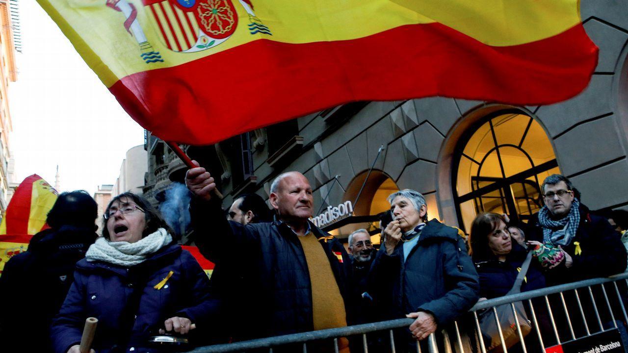.En la misma ciudad, unas calles más allá, unas 300 personas según el Ayuntamiento de Barcelona se concentraron en defensa de Tabarnia y apoyo al rey
