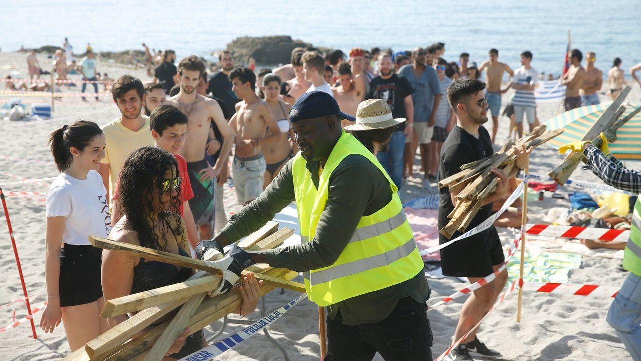 A media tarde ya se empezó a bajar la madera a Riazor y Orzán, en A Coruña.