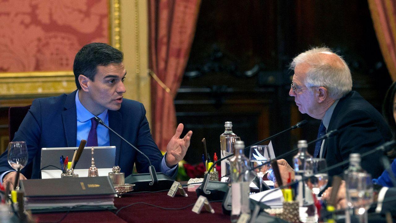 Sánchez conversa con el ministro de Asuntos Exteriores, Josep Borrell (d), durante la reunión del Consejo de Ministros