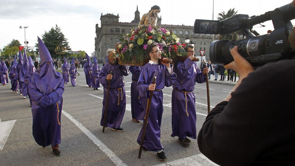 El grupo municipal de gaitas acompañó la salida de la procesión de la iglesia de la Compañía