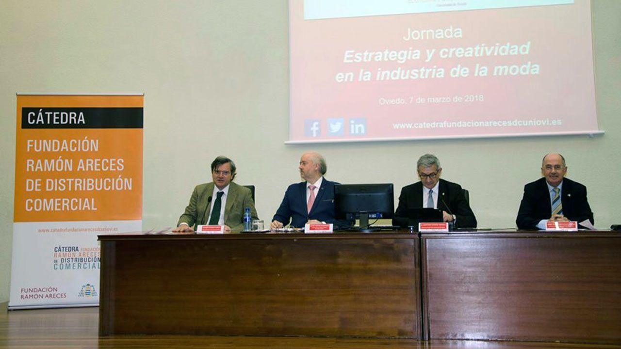 .Julio Tascón, segundo por la izquierda, durante una presentación