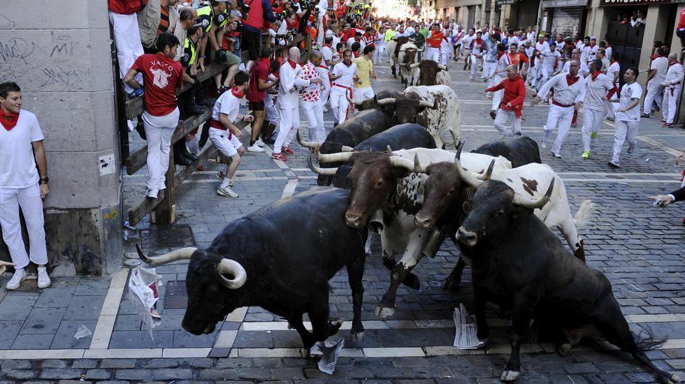 Un tercer encierro peligroso.Corredores ante los toros de la ganadería Miura en el último encierro de los Sanfermines 2015