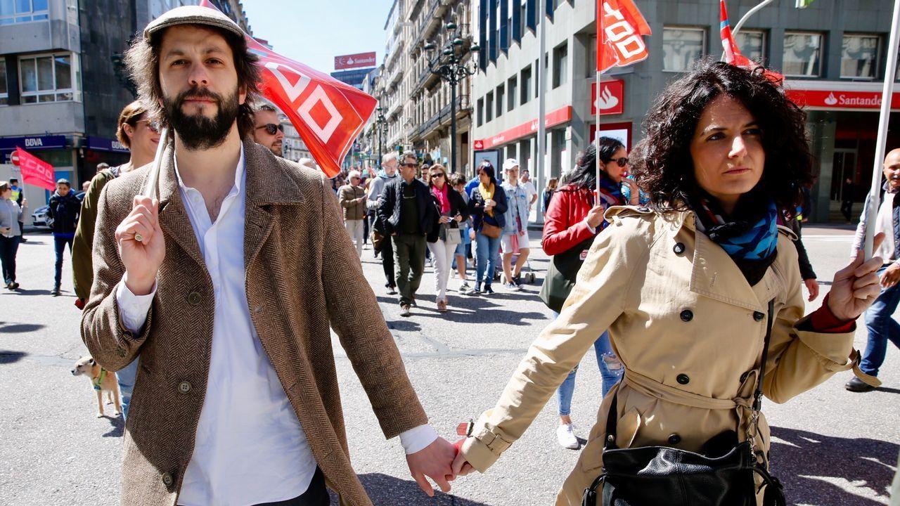 Los gallegos salen a la calle para reclamar mejores salarios y pensiones.Julia Torregosa (izquierda) y Carmen Santos, ayer en Santiago