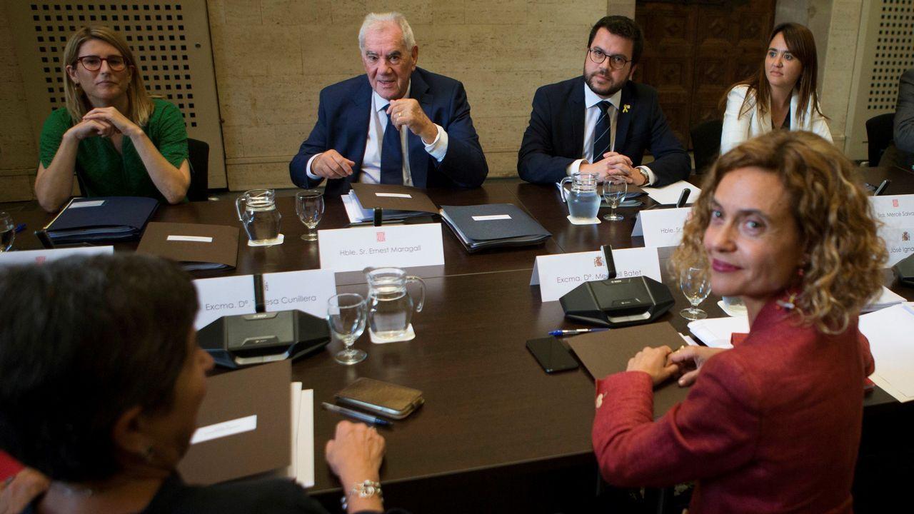 La ministra de Política Territorial y Función Pública, Mertixell Batet, a la derecha, sentada en la mesa frente a los representantes de la Generalitat Elsa Artadi, Ernest Maragall y Pere Aragonès